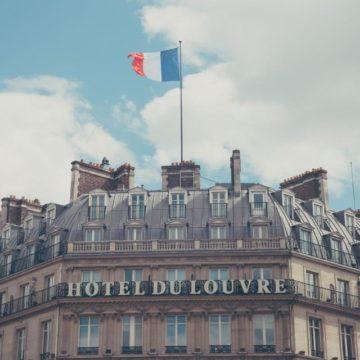 hotel con bandera francesa