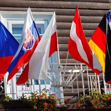 Hotel europeo con banderas en las ventanas