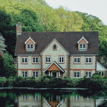 Imágen de un hotel delante de un lago