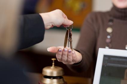 Un'ospite di un hotel riceve le chiavi della camera alla reception