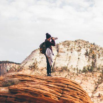 Un viaggiatore scatta una foto dalla cima di una montagna