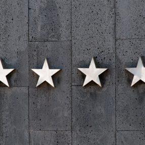 4 stelle su uno sfondo grigio