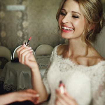 Novia maquillandose con amigas