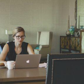 Un'albergatrice sviluppa online advertising al computer