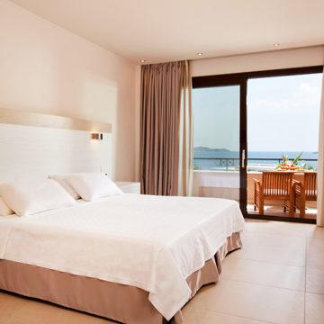 Φωτείνη φωτογραφία ενός δωματίου από ξενοδοχείο