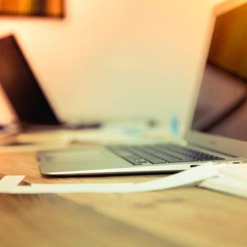 Scrivania e computer