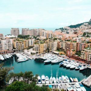 puerto con barcos y hoteles