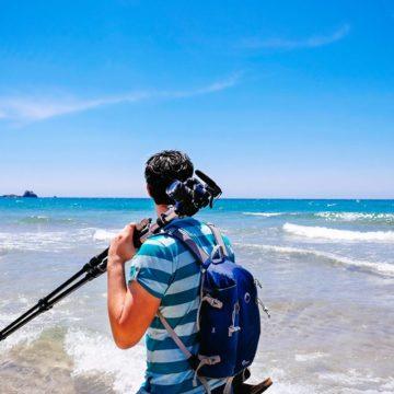 Fotógrafo mirando al mar