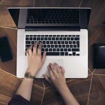 Portátil Mac con manos