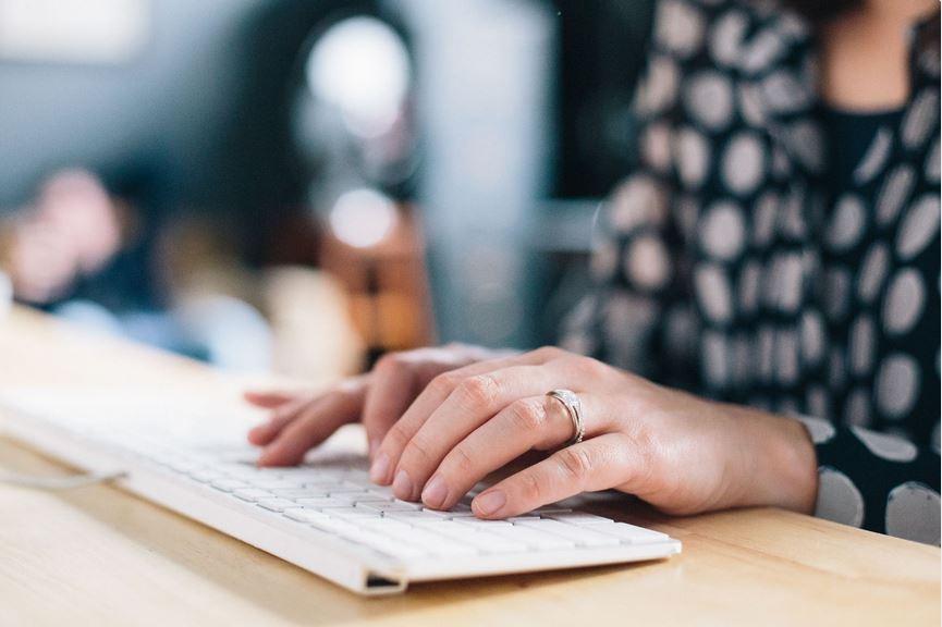 Manos de mujer haciendo una busqueda en el ordenador