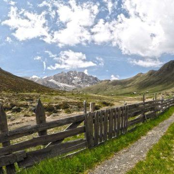 Montagne, cielo azzurro e prati verdi