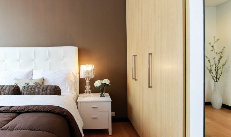Um quarto de hotel com decoração em cores neutras