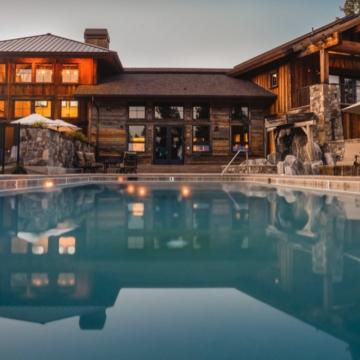 Hotel de madera con piscina