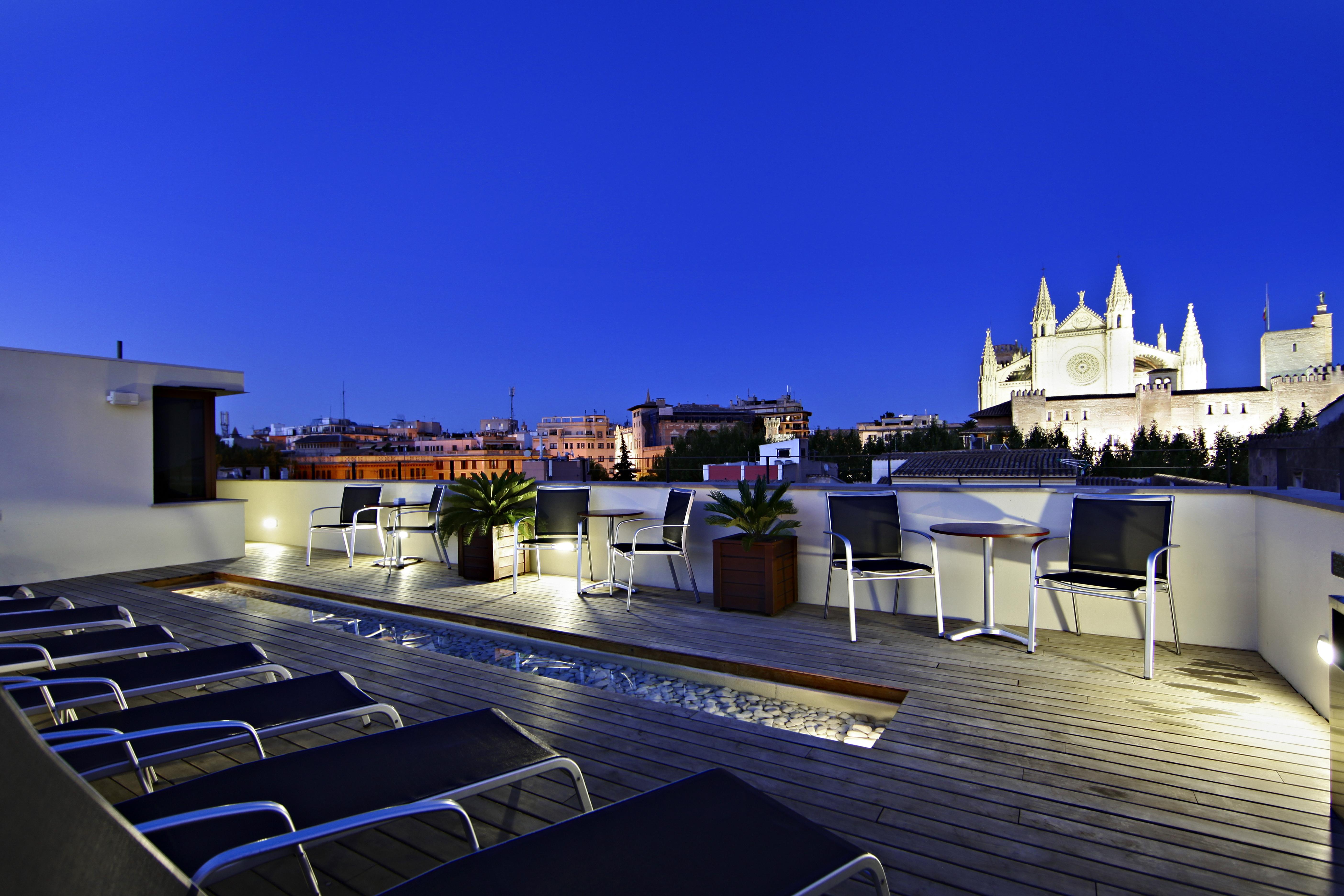 Piscina de hotel Tres con vistas a la catedral