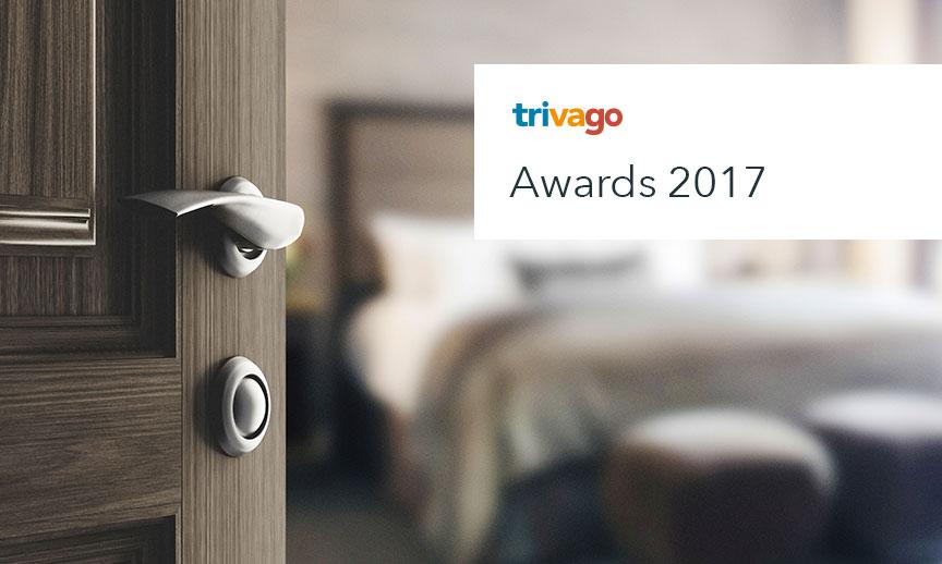Quarto de hotel com porta entreaberta e logotipo do trivago Awards