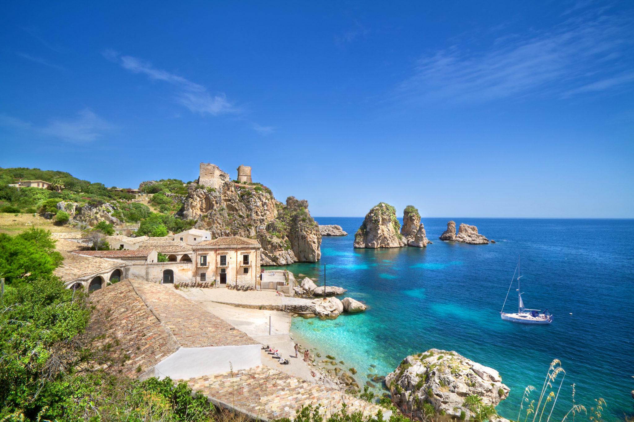 Barca a vela nel mare siciliano