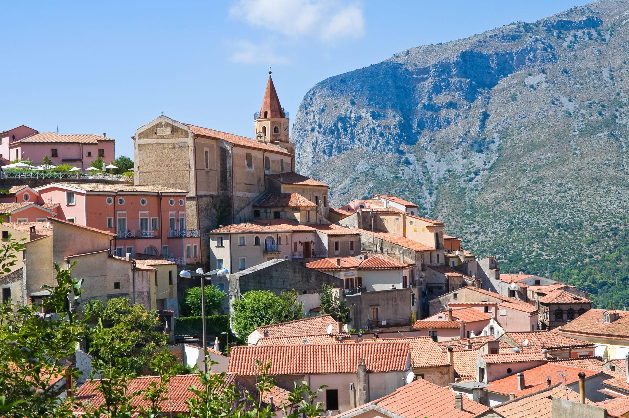 Vista di un paese arroccato in Basilicata