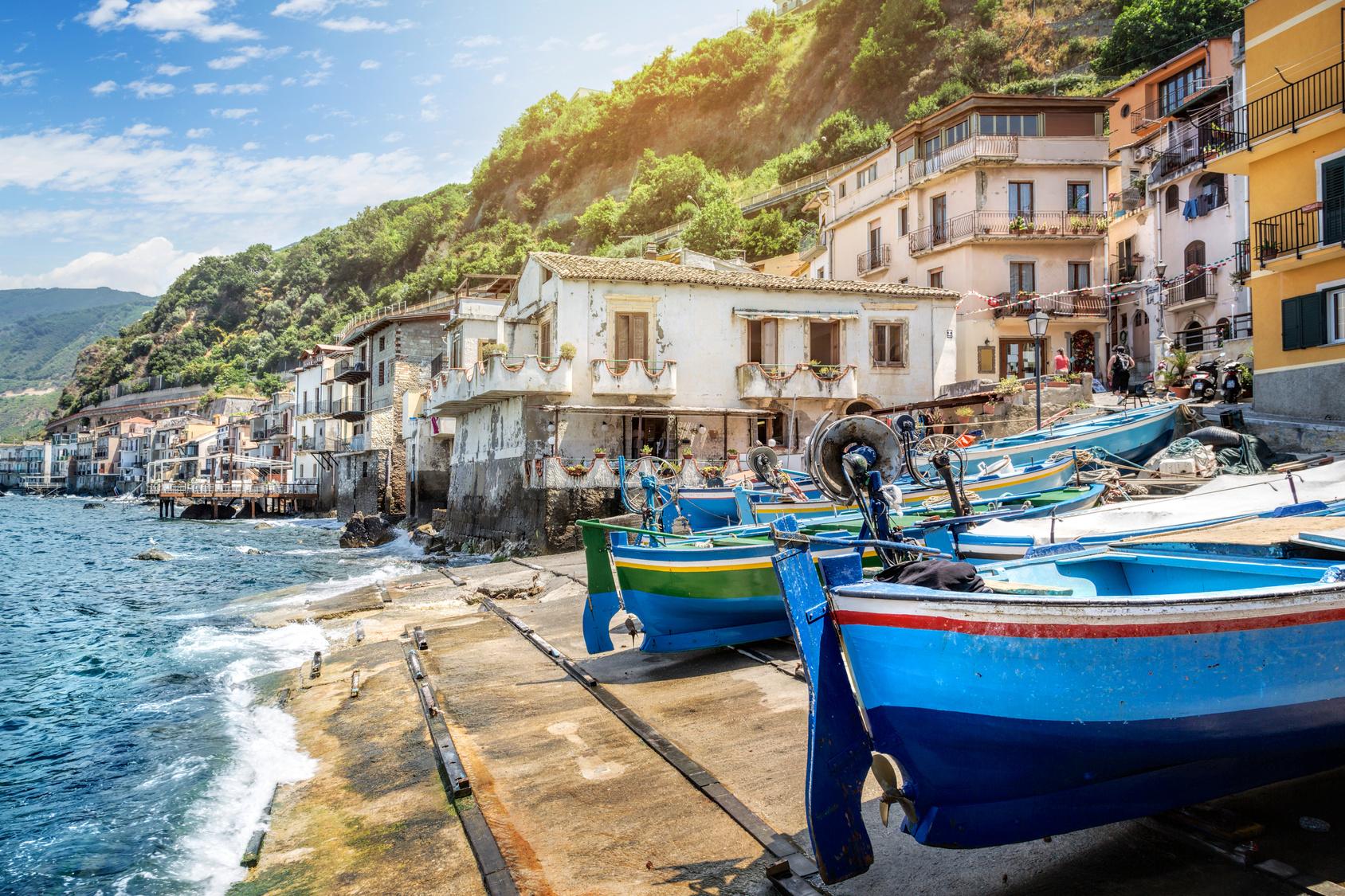 Barche davanti al mare in Calabria
