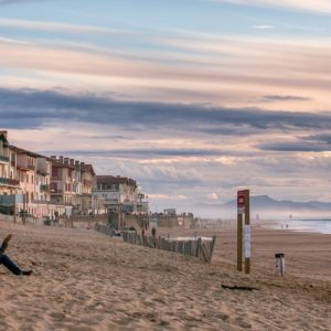 Une personne seule sur une plage en automne