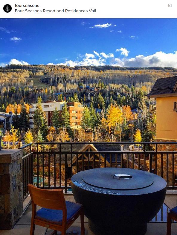 Vue sur la forêt en automne depuis le balcon de l'hôtel