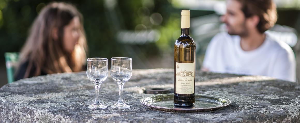 Un couple apprécie un vin sur la terrace de la casa do outeiro tuias