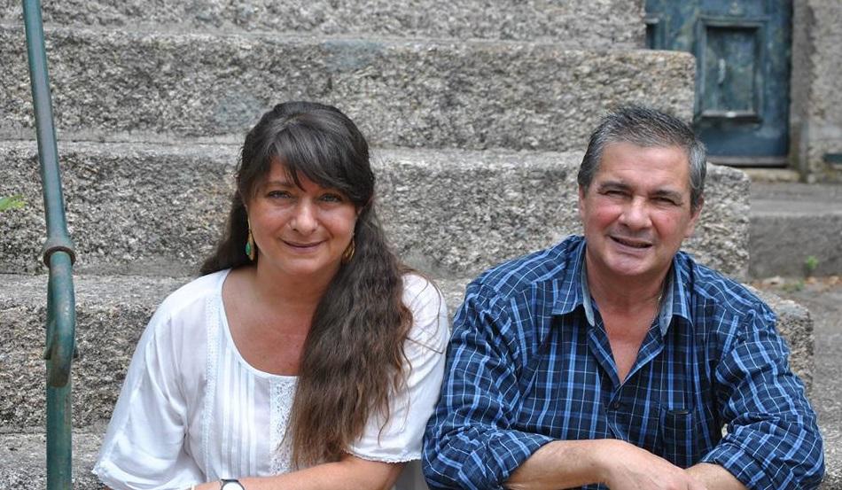 les propriétaires Jose Maria et Ines assis sur les marches de l'hotel Casa Do Outeiro Tuias