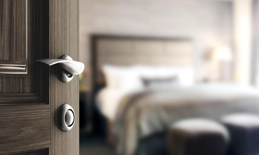 Porta di camera d'hotel aperta
