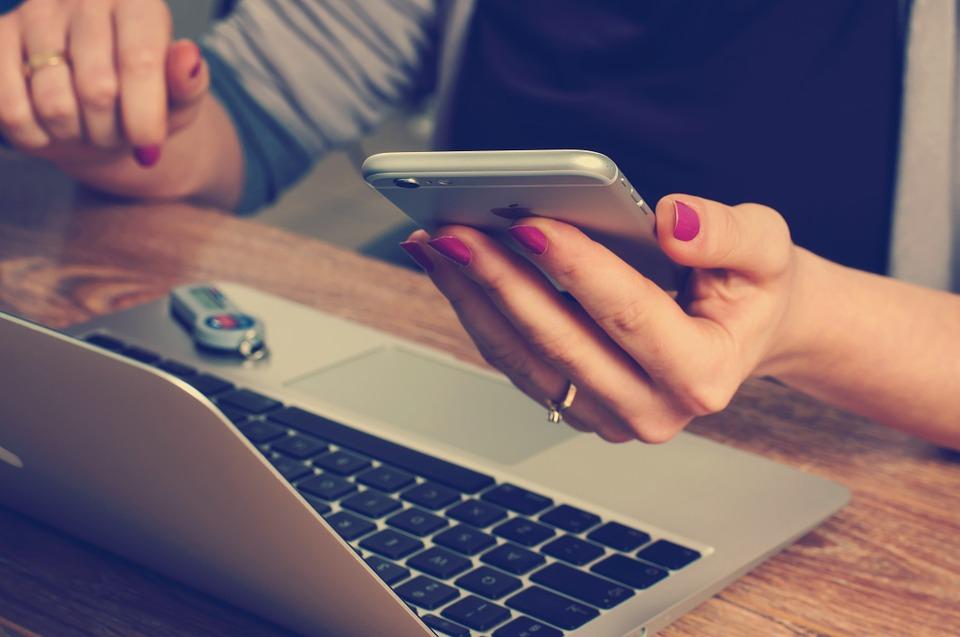 Un'albergatrice cerca news online