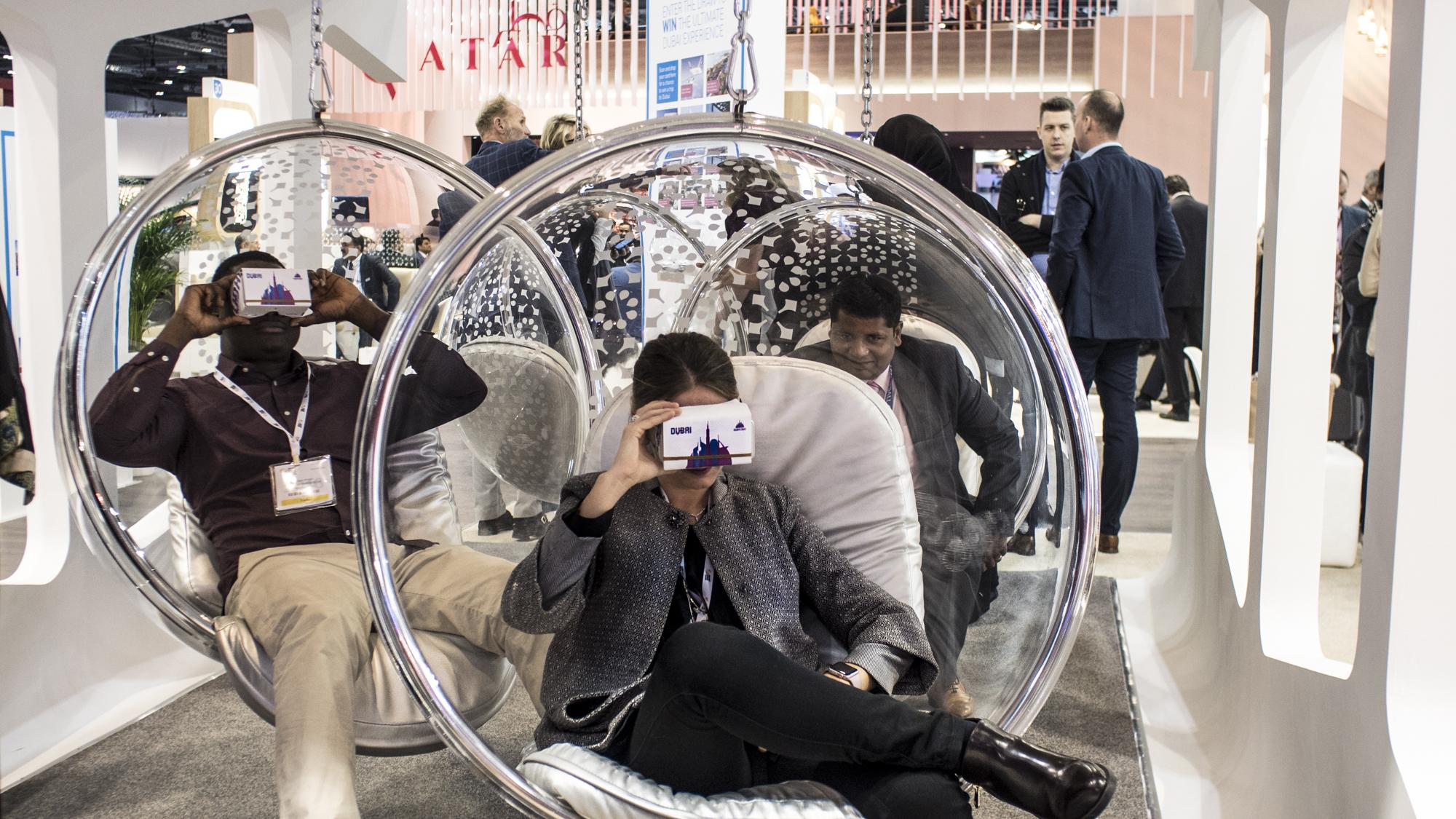 Besucher probieren VR am Dubaier Stand auf dem World Travel Market aus