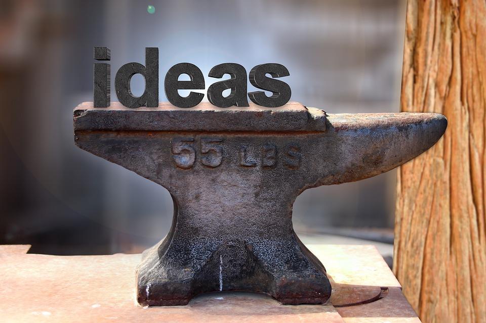 Un'incudine con la scritta ideas