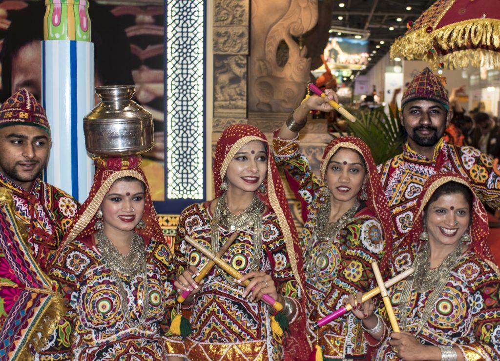 um grupo de pessoas com trajes tradicionais coloridos na World Travel Market