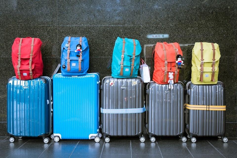 5 βαλίτσες τοποθετημένες στη σειρά