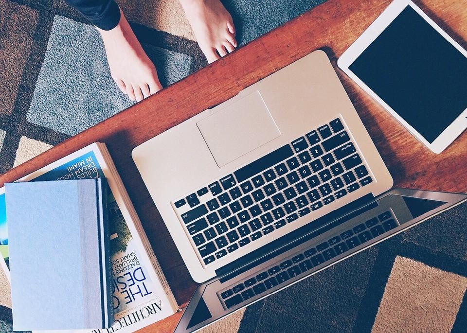 δυο πόδια μπροστά σε έναν υπολογιστή