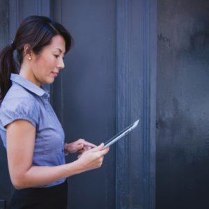 Μια γυναίκα διαβάζει στο tablet της