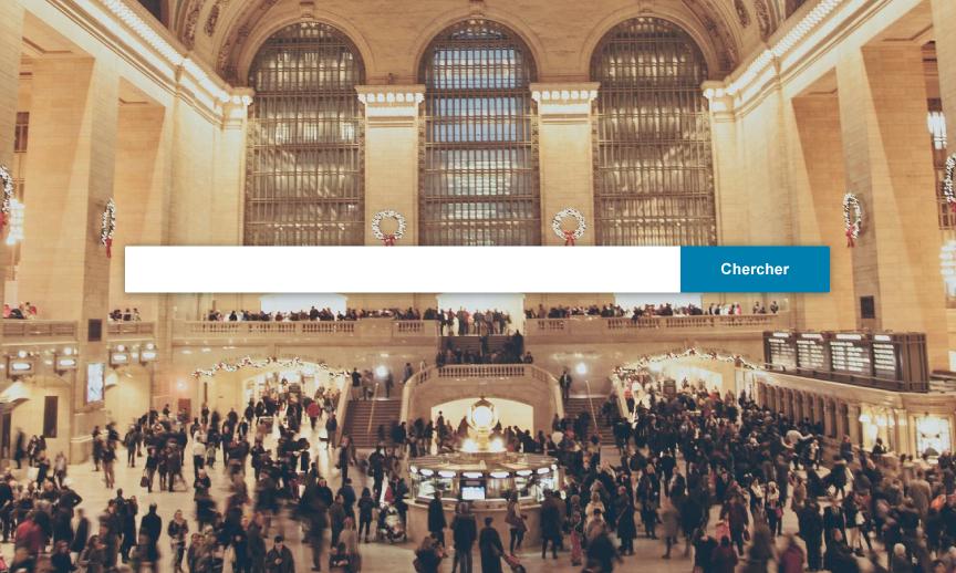 Gare (Grand Central Station) pleine de voyageurs et barre de recherche d'un comparateur d'hôtels