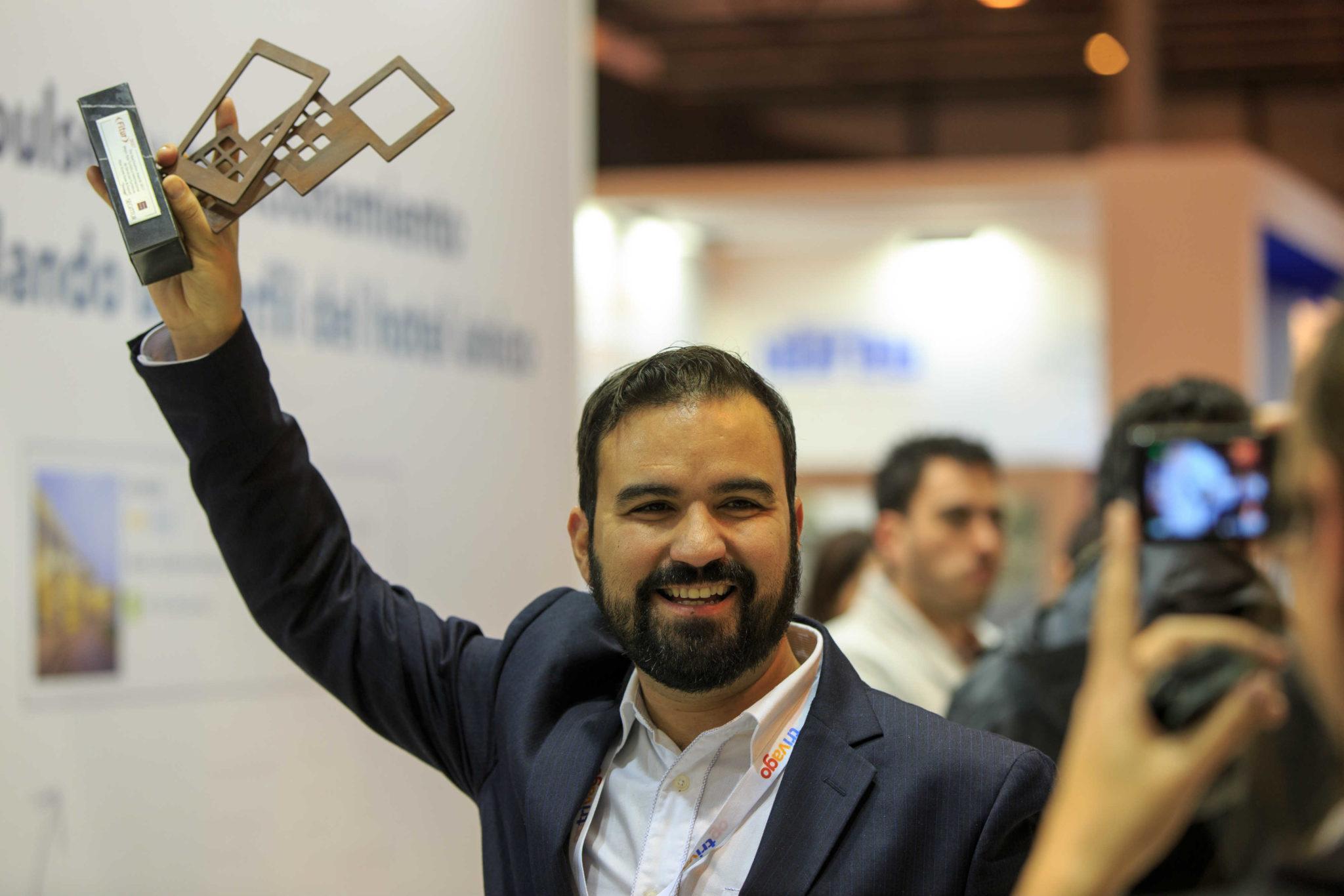 Alberto con el premio a la mejor app de servicios turísticos
