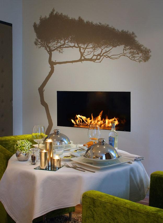 Un repas haut de gamme avec chandelles près d'une cheminée moderne