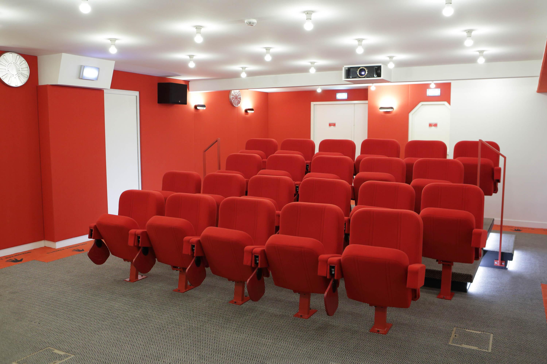 Salle de cinéma avec sièges rouge