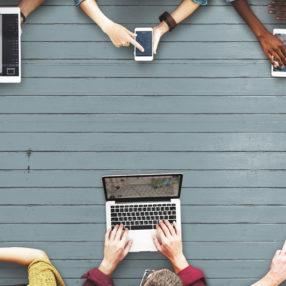 Ragazzi al computer, tablet e smartphone