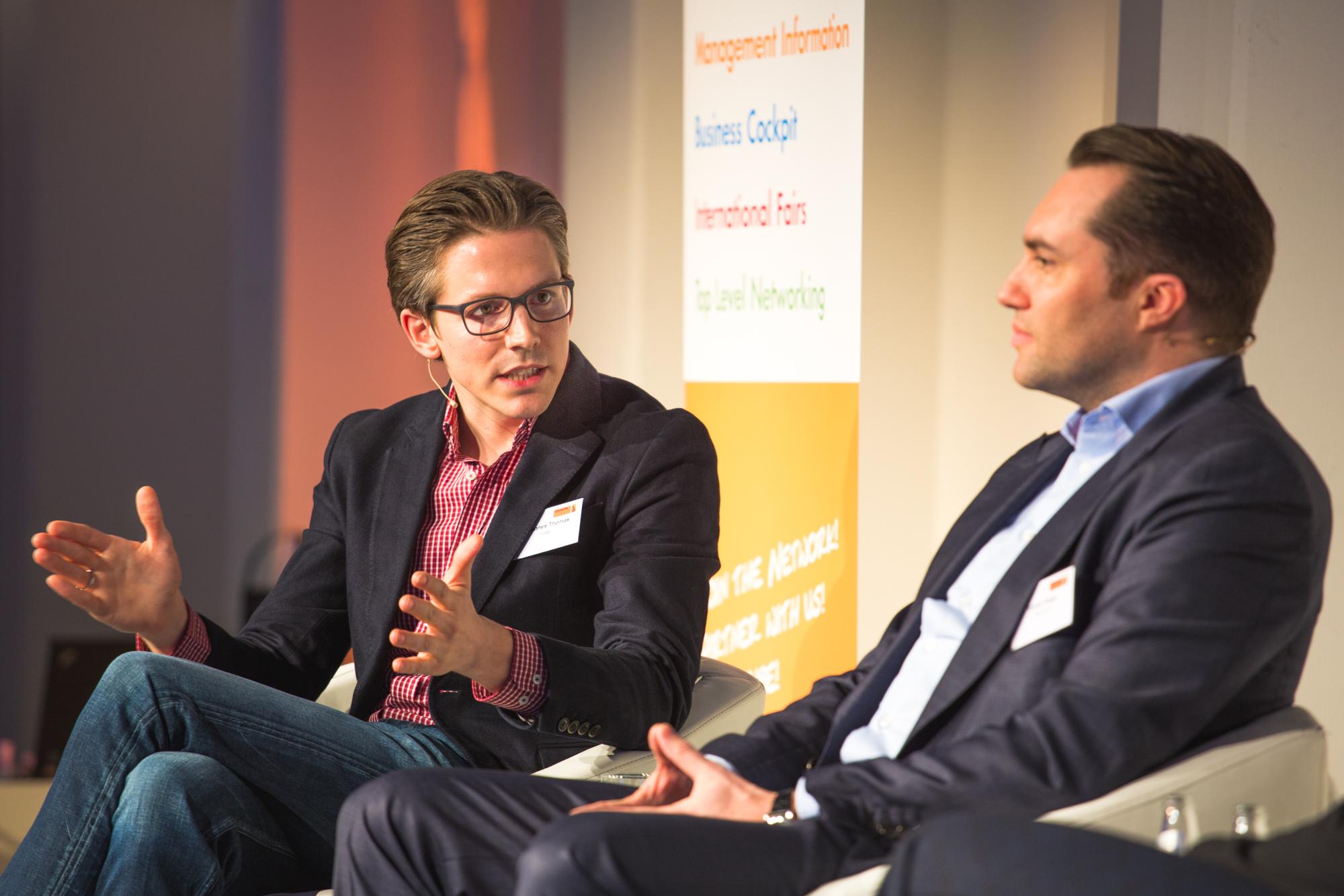 Johannes Thomas conversando com Tobias Ragge sobre os benefícios dos metabuscadores durante a ITB Berlin