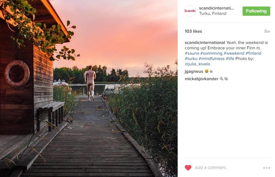 Klicken Sie hier für Instagram-Fotos von Scandic Hotels / Ein nackter Mann, mit dem Rücken zur Kamera gewandt, läuft vom Steg seiner Unterkunft in Richtung Wasser