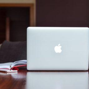 Άνθωπος που χειρίζεται τον υπολογιστή του