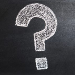 Ein Fragezeichnen auf der Tafel