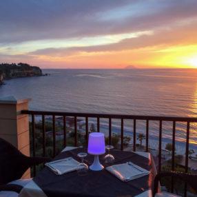 Terrazza dell'hotel Rocca della Sena di Tropea al tramonto