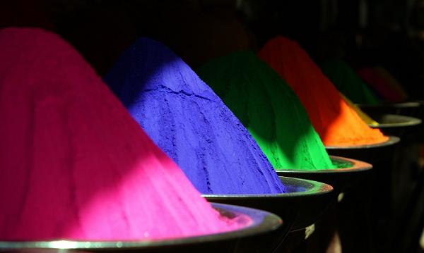 Holipulver: Knallbuntes Reismehl, das für Feste in Nepal und Indien benutzt wird