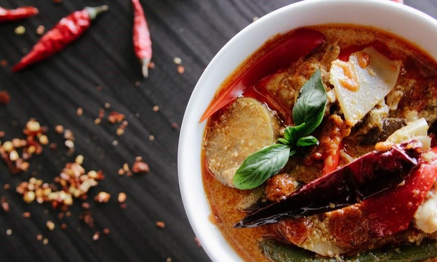 Piatto vietnamita condito con basilico e peperoncino