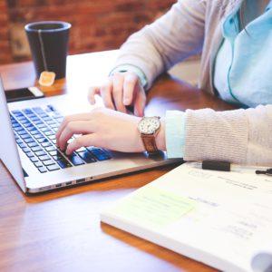 Persona con escritorio y laptop
