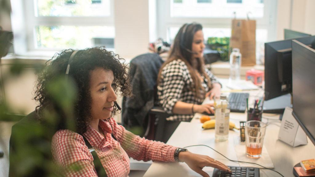 Deux employées assises à leur bureau et travaillant sur leur clavier
