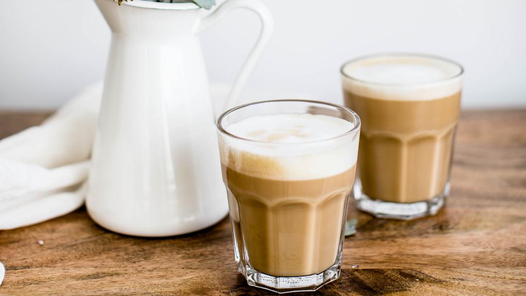 Zwei Gläser gefüllt mit Kaffee und Milch