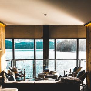 une chambre d'hôtel avec vue sur un lac